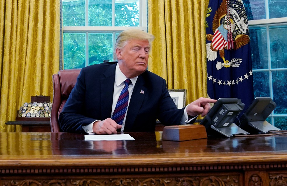 O presidente americano, Donald Trump, telefona para o presidente mexicano, Enrique Pieña Nieto, para parabenizá-lo sobre acordo comercial firmado entre os dos países (Foto: Kevin Lamarque/Reuters)