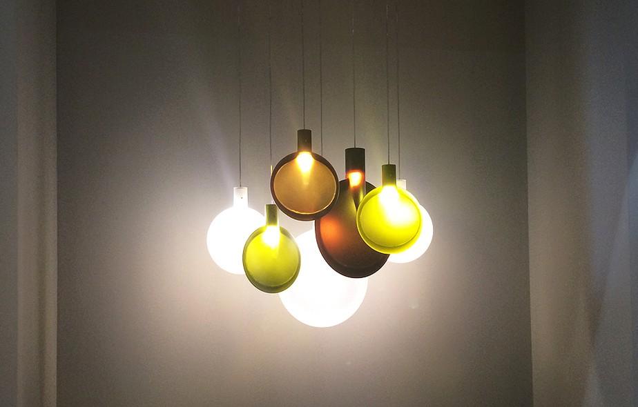 O alemão Sebastian Herkner juntou leveza e efeito visual impactante ao pendente Nebra, para a FontanaArte, feito de vidro suspenso e LEDs