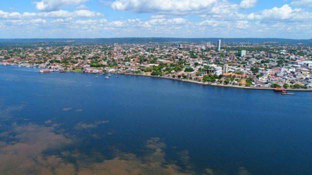 Banhada pelo rio Tapajós, Santarém tem 300 mil habitantes, mas serviços de saúde da cidade atendem cerca de 1,2 milhão de pessoas distribuídas por mais de 500 mil quilômetros quadrados (Foto: PREFEITURA DE SANTAREM via BBC News)