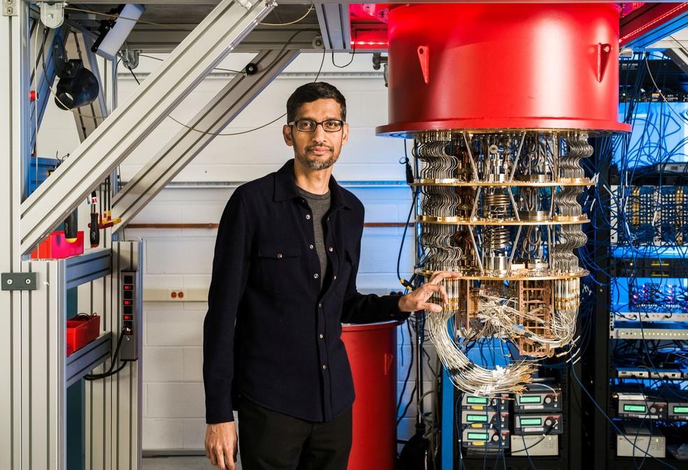 Google CEO Sundar Pichai, alongside Sycamore, the company's quantum computing chip - Photo: Reuters via Google