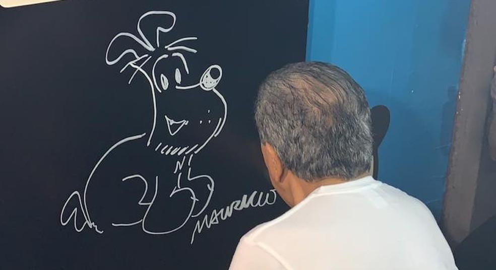 Mauricio de Sousa desenha um Bidu no painel temático na Bienal do Livro — Foto: Fernanda Rouvenat/G1