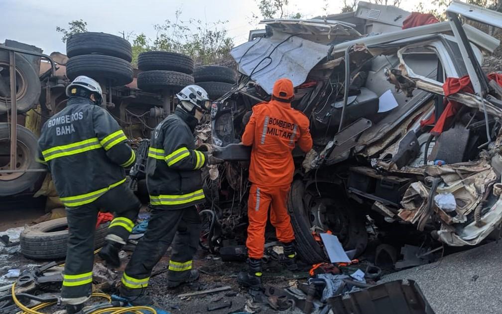 Batida entre carretas deixa morto e feridos na BR-020 na região oeste da Bahia; pista está bloqueada — Foto: Blog Braga / reprodução