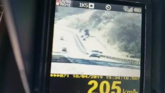 Veículo é flagrado a mais de 200 km/h na BR-040, em Três Rios