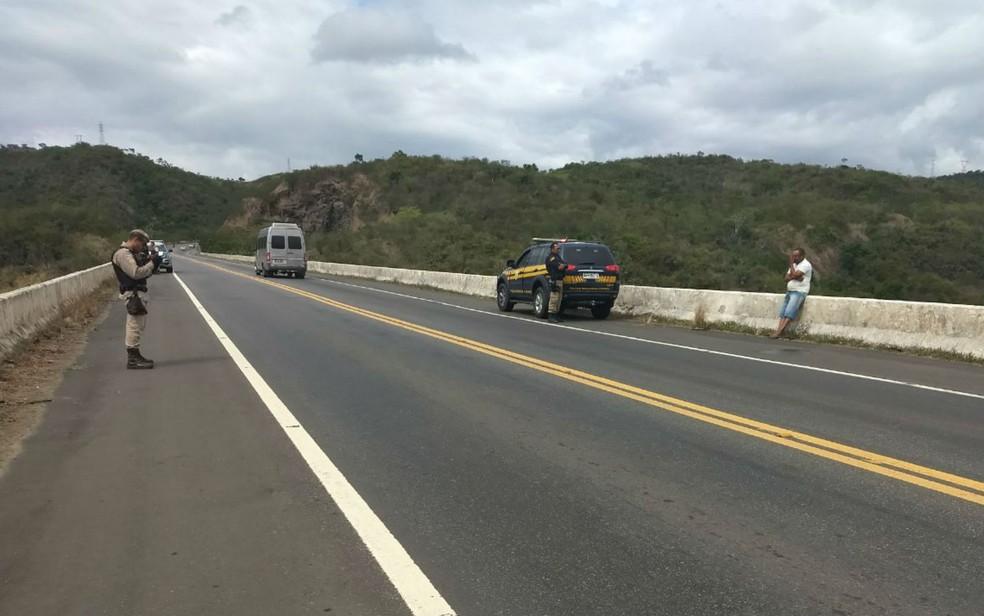 Suspeito ameaçou se jogar de ponte na BR-101 (Foto: Divulgação/PRF)