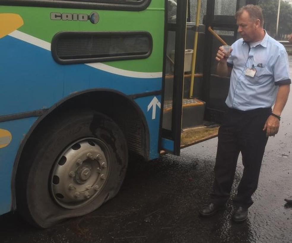 Ônibus tem pneu esvaziado durante protesto em Cariacica, no ES  — Foto: Eliana Gorritti/ TV Gazeta