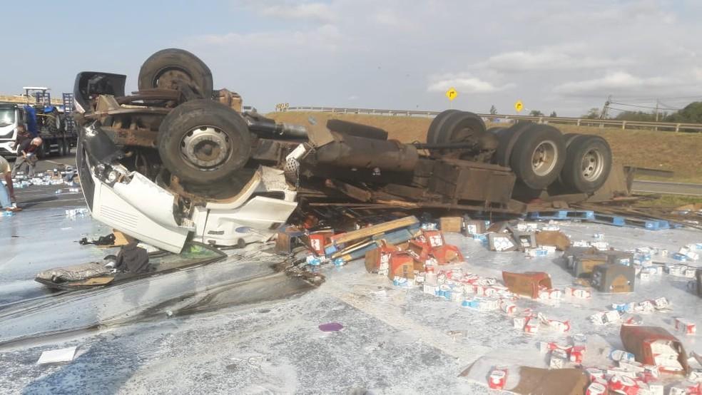 Caminhão carregado com leite tomba e interdita rodovia em Tatuí — Foto: Fernando Andrade/Arquivo pessoal