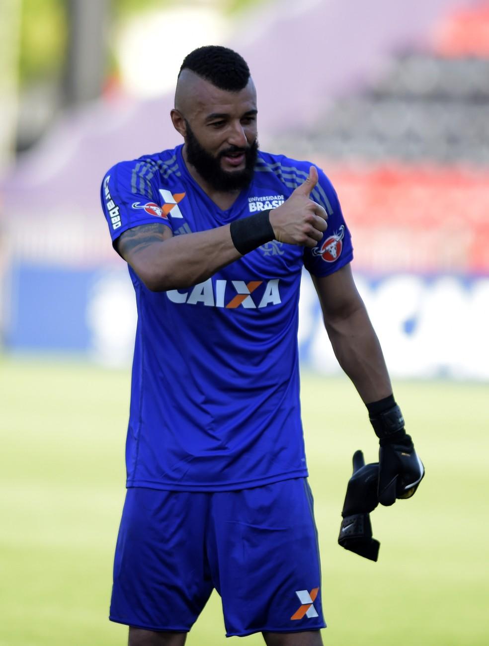 Alex Muralha faz sinal de positivo (Foto: André Durão)