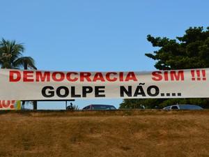 Faixas pediam valorização da democracia (Foto: Mary Porfiro/G1)