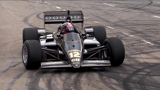 Homenageando Ayrton Senna, carros históricos da Fórmula 1 correm pelas ruas do Ibirapuera