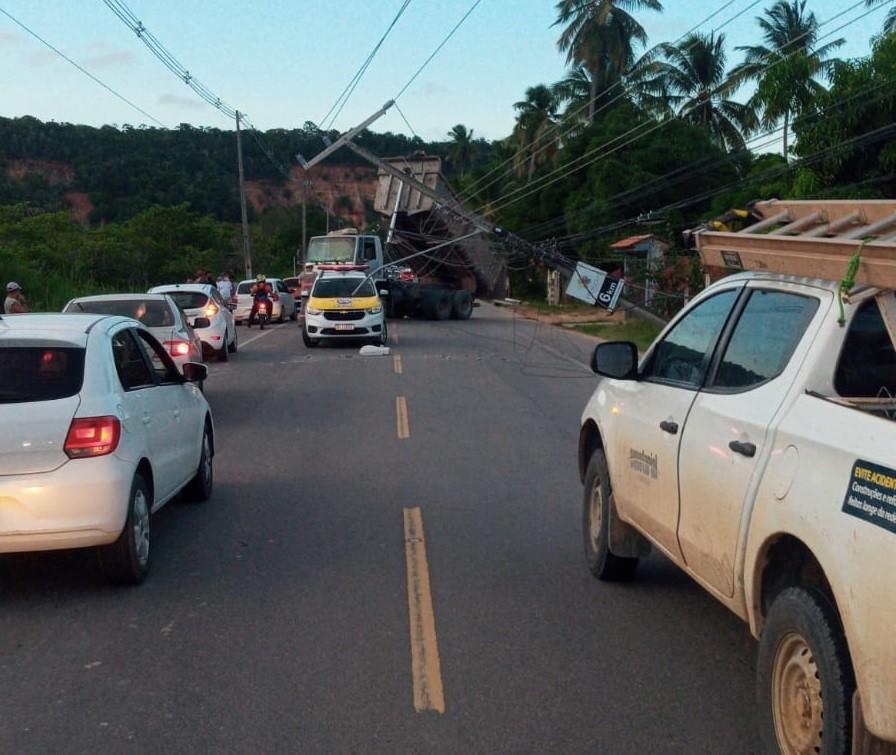 Caminhão derruba três postes na AL-101 Norte, em Maceió