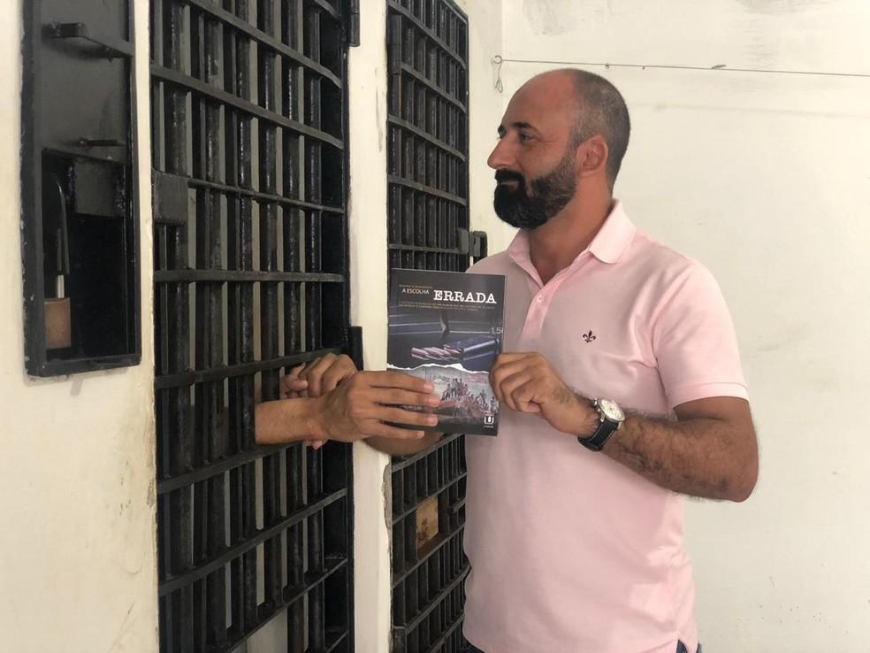 Publicitário que passou 10 anos preso e sobreviveu ao 'massacre de Alcaçuz' distribui livros em cadeias do RN — Foto: Mariana Rocha/Inter TV Cabugi