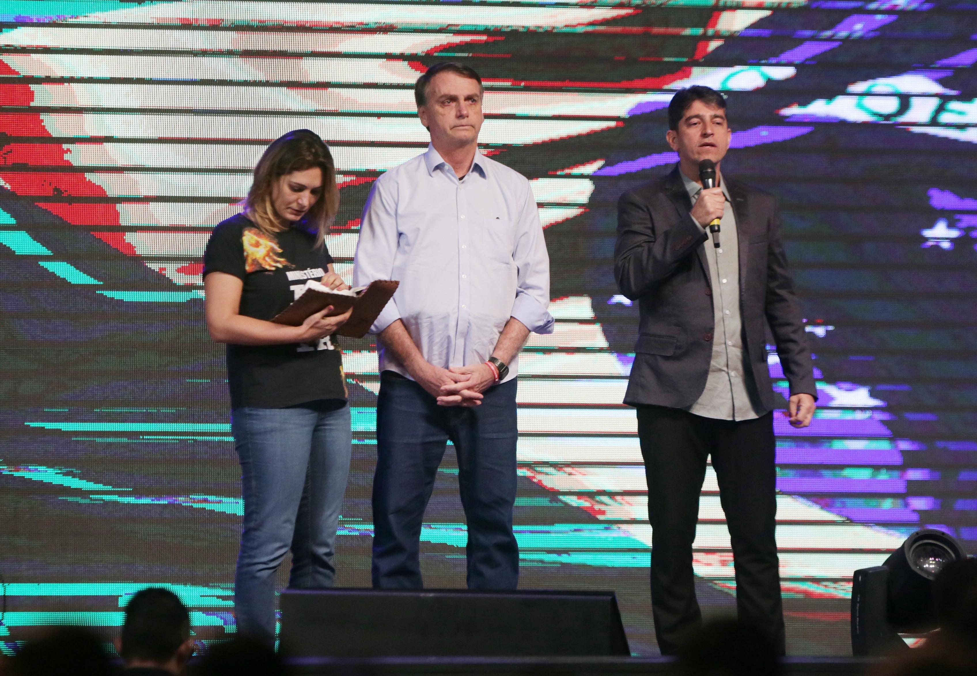 Bolsonaro e Michelle no palco da igreja, em 04 de novembro