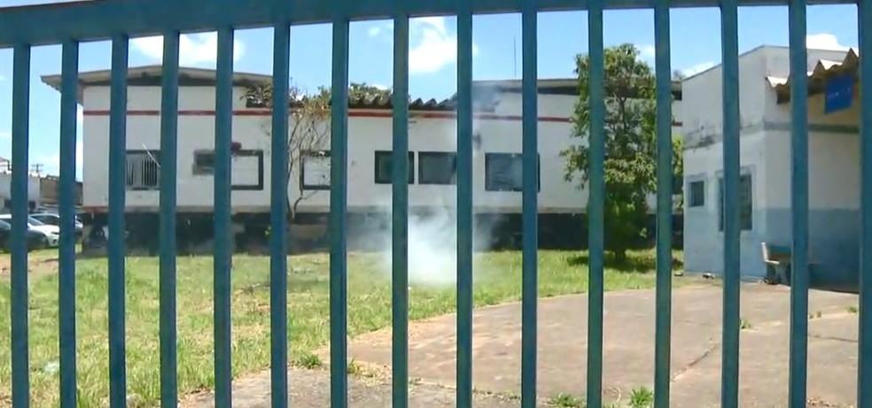 Bomba de fumaça foi jogada dentro do terreno da delegacia de Hortolândia após a prisão do padrasto da criança — Foto: Reprodução/EPTV