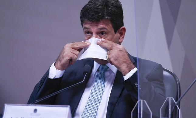 O ex-ministro Luiz Henrique Mandetta troca de máscara na CPI da Covid