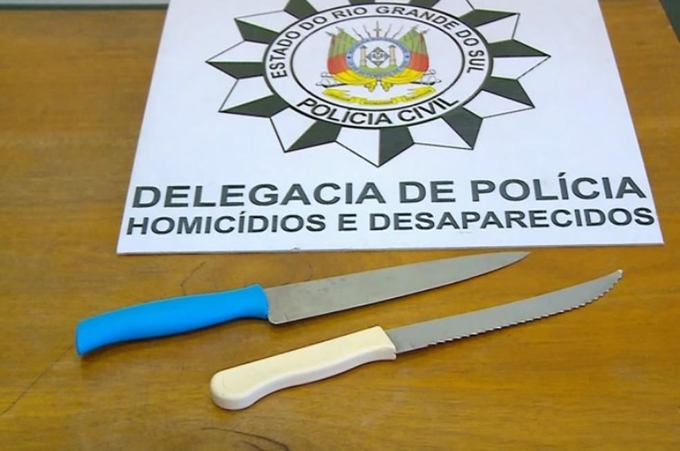 Duas facas foram encontradas na mochila da jovem, além da que teria sido usada — Foto: Reprodução/RBS TV