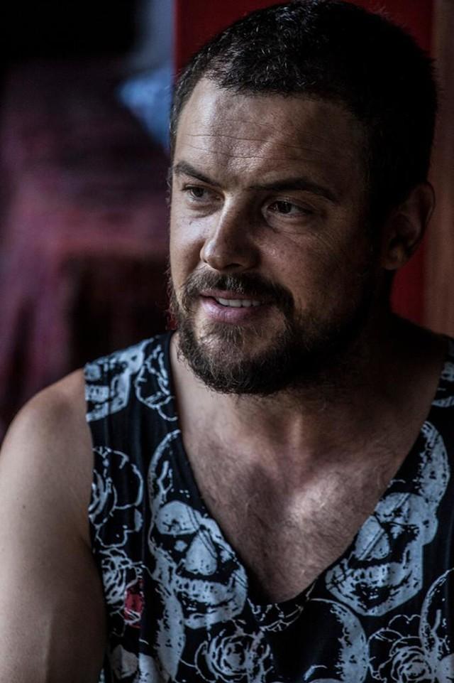 Sergio Guizé cai na estrada, como cantor solo, com single 'Mochileiro'