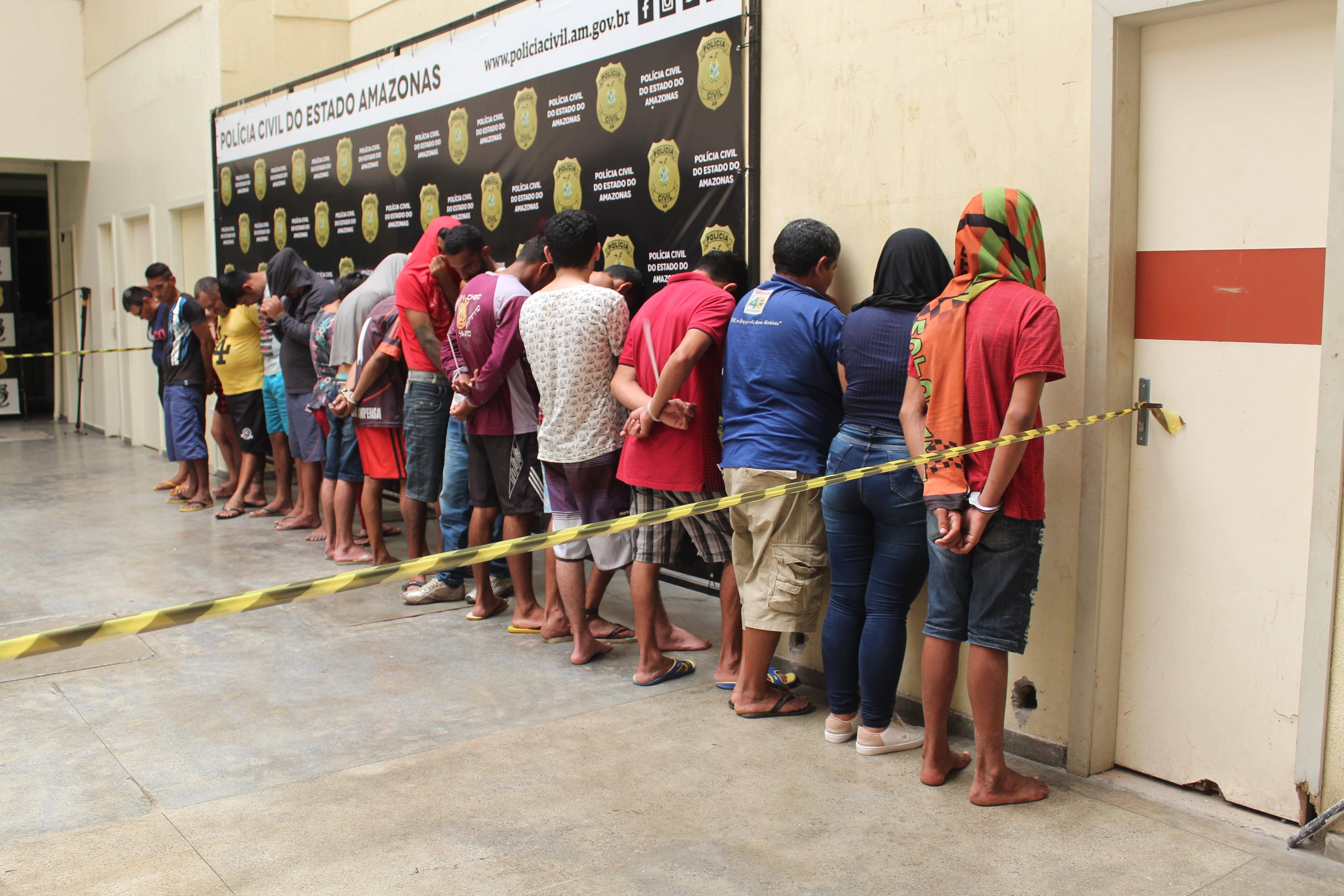Operação contra tráfico de drogas na Zona Oeste de Manaus prende 17 pessoas e apreende um adolescente