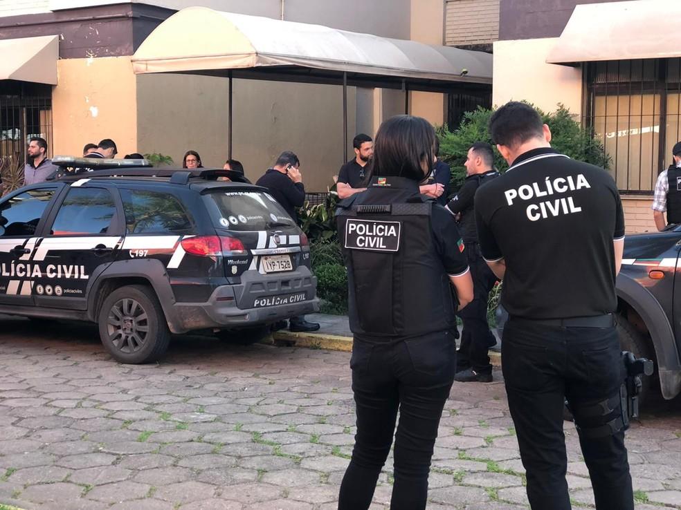 Equipes cumpriram 12 mandados de apreensão e sete de prisão preventiva. — Foto: Matheus Felipe/RBS TV
