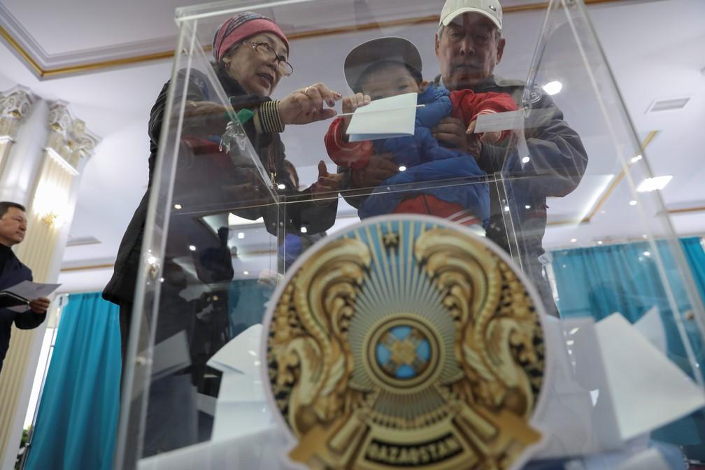 Eleitores durante as eleições presidenciais no Cazaquistão — Foto: Mukhtar Kholdorbekov/Reuters