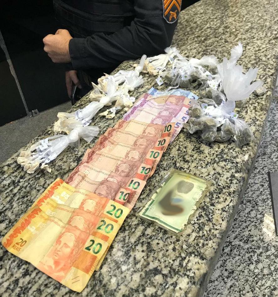 Homem é preso com drogas e dinheiro na Vila Delgado, em Barra Mansa - Notícias - Plantão Diário
