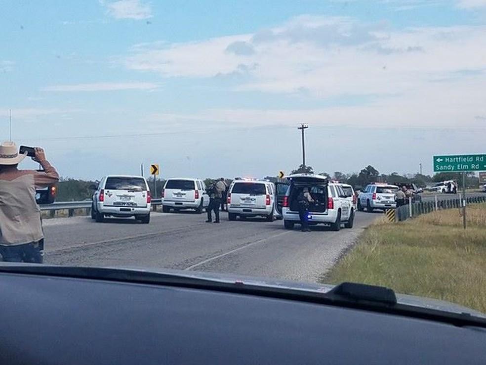 Carros de polícia são vistos em Sutherland Springs, onde atirador deixou vítimas em igreja (Foto: Liz Summers/via REUTERS)