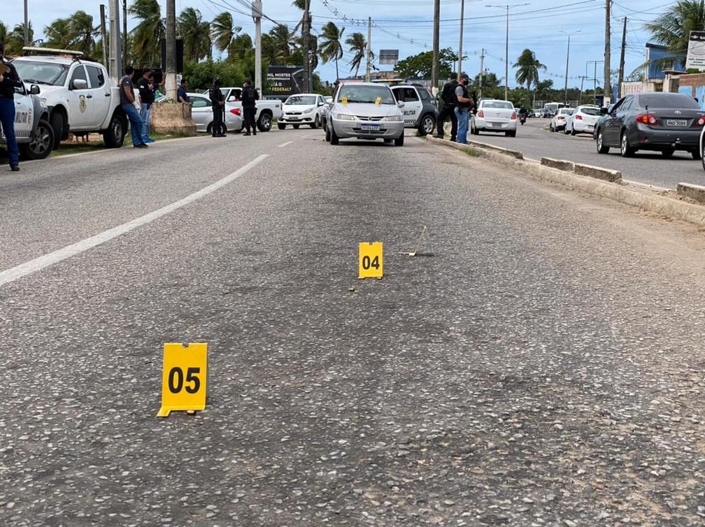 Capsulas de pistola foram encontradas na avenida João Medeiros Filho, onde homem foi executado a tiros na manhã desta quarta (7), em Natal. — Foto: Kleber Teixeira/Inter TV Cabugi