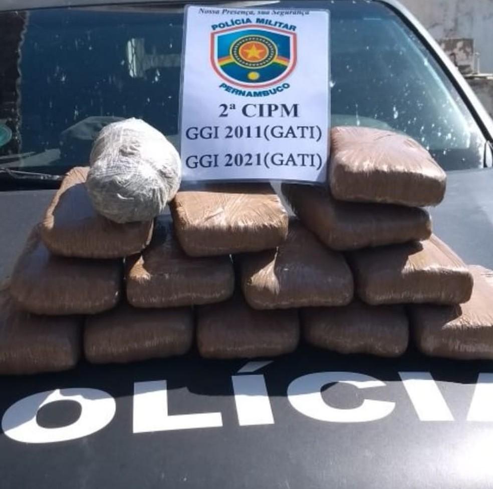 Daniel Gomes da Silva levava cerca de 13 kg de maconha pronta para o consumo, distribuA�dos em 14 tabletes. (Foto: DivulgaA�A?o/ 2A? CIPM)