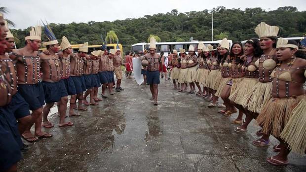 Índios dançam próximo ao Riocentro (Foto: Sergio Moraes/Reuters)