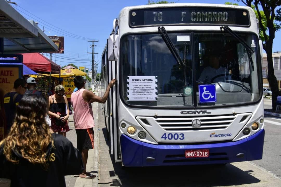 Ônibus operam em Natal com avisos sobre cuidado com aglomerações e não circulam com passageiros em pé