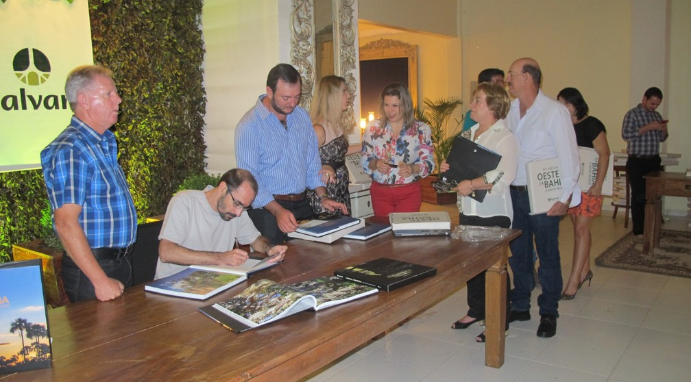 """Rui assinando livros no lançamento do livro """"Oeste da Bahia"""" — Foto: Arquivo Pessoal"""