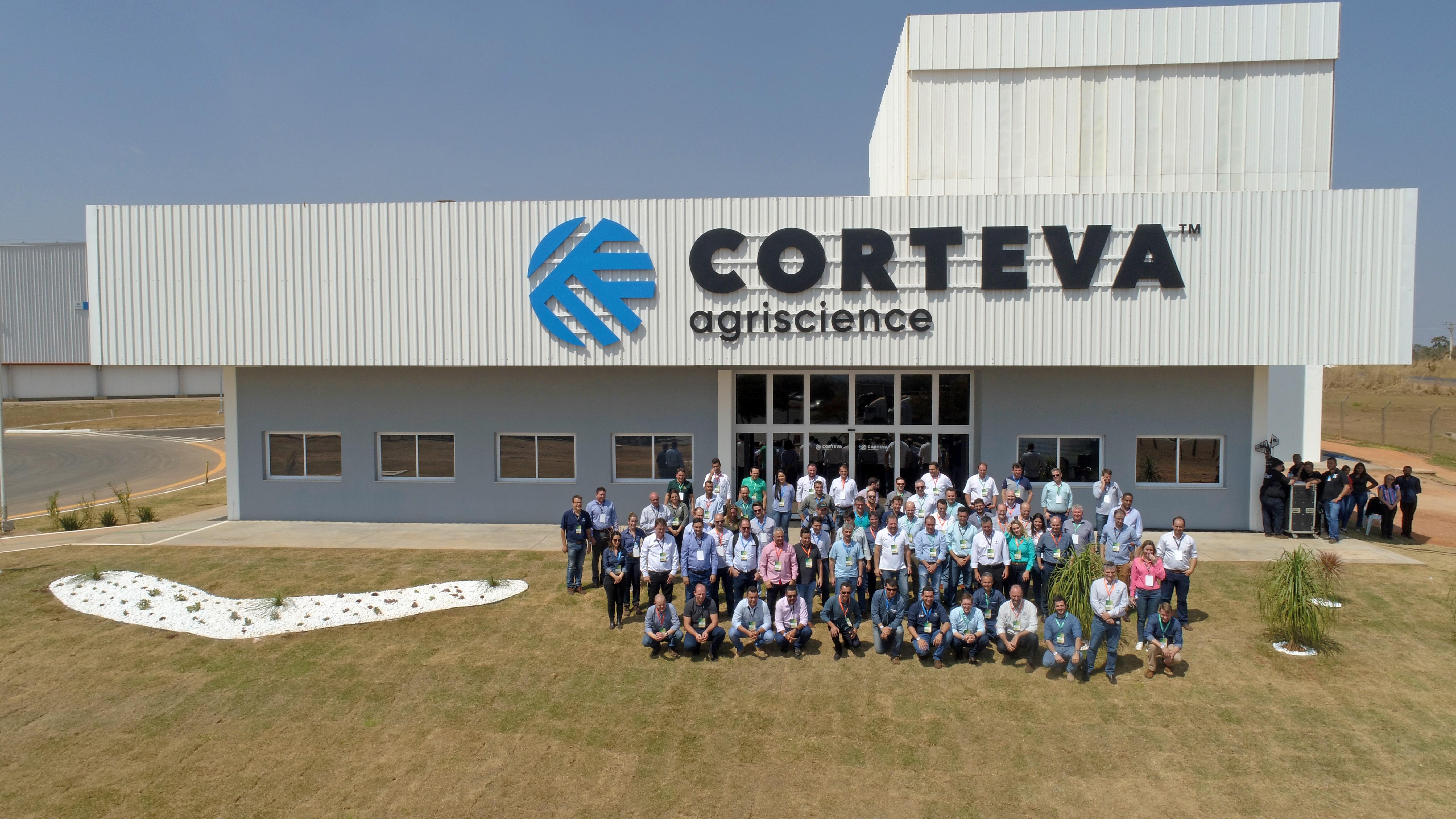 Multiplicadores participaram do evento de inauguração e posam em frente ao CSAT (Foto: Divulgação)