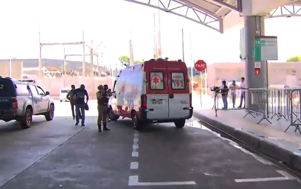 Polícia e Samu foram encaminhadas à Estação Mussurunga após ataque de homem com faca (Foto: Imagem/TV Bahia)