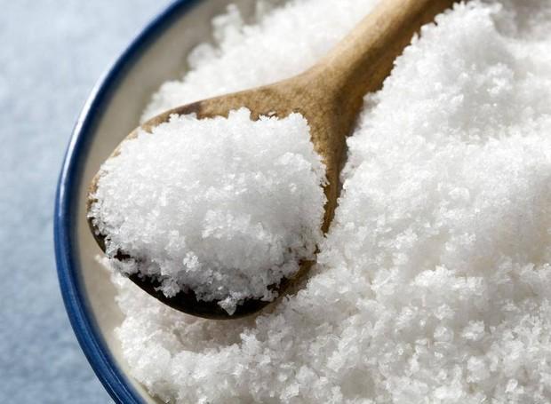 O sal é responsável por muitas reações químicas no corpo, porém os brasileiros consomem 70% a mais do que o recomendado pela OMS. Descubra o que nos leva a exagerar na dose (Foto: The Globe and Mail/ Reprodução)