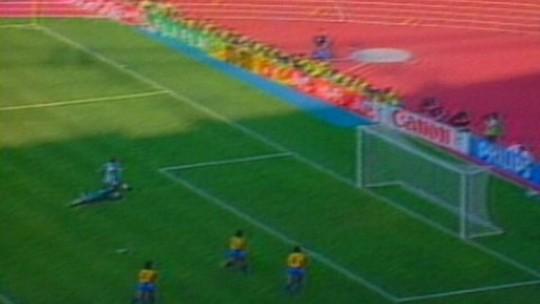 """Polêmica da """"água batizada"""" de Branco no jogo com a Argentina completa 28 anos"""