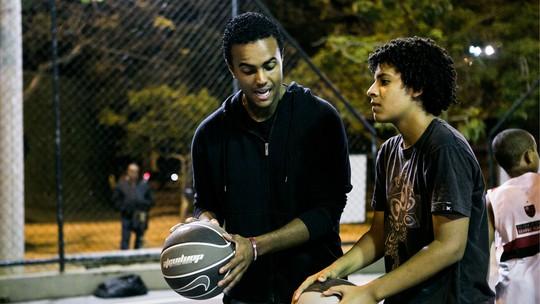 Jorge de Sá fala sobre aulas de basquete em projeto social: 'O esporte é um agente transformador'