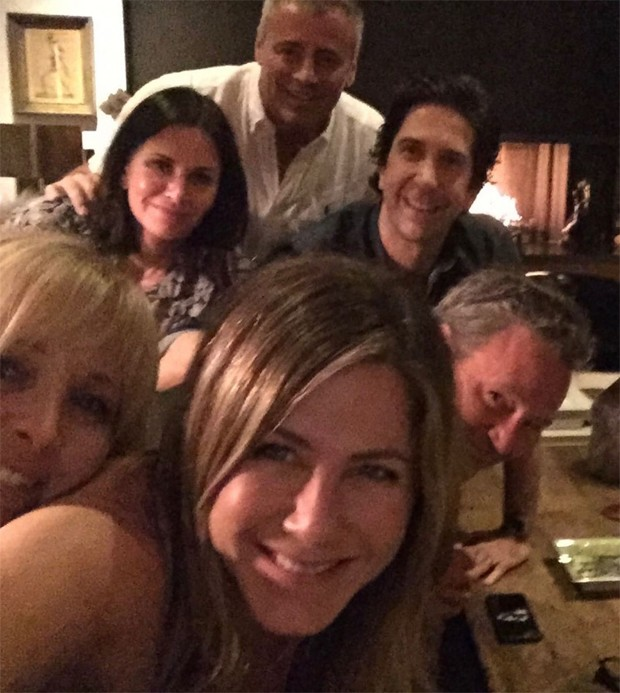 Jennifer Aniston com Courteney Cox, Lisa Kudrow, Matt LeBlanc, Matthew Perry e David Schwimmer (Foto: Reprodução/Instagram)