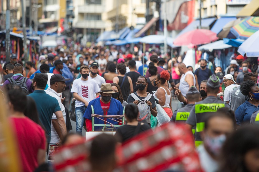 Movimentação de consumidores na Rua 25 de março, área de comércio popular no centro de São Paulo, nesta quarta-feira, 9 de dezembro de 2020. A busca por artigos e presentes de Natal já é grande na região — Foto: TIAGO QUEIROZ/ESTADÃO CONTEÚDO