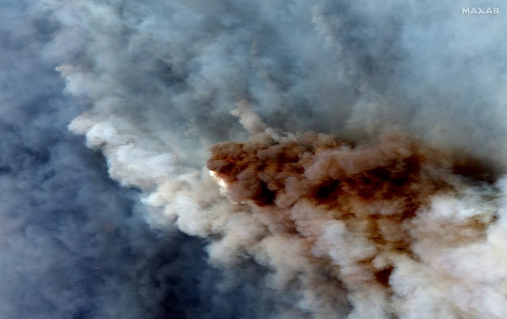 4 de janeiro - Uma imagem de satélite em cores mostra a fumaça de incêndios florestais queimando a leste de Obrost, na Austrália — Foto: 2020 Maxar Technologies/Distribuição via REUTERS