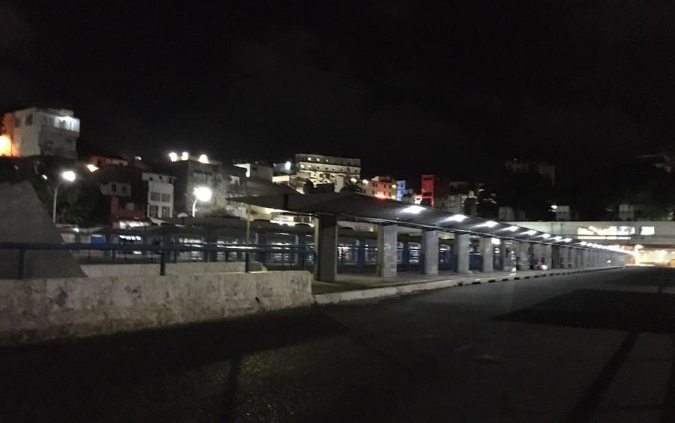 Estação da Lapa, em Salvador, na área do transbordo de ônibus, na noite desta sexta-feira (19) — Foto: Eduardo Oliveira/TV Bahia