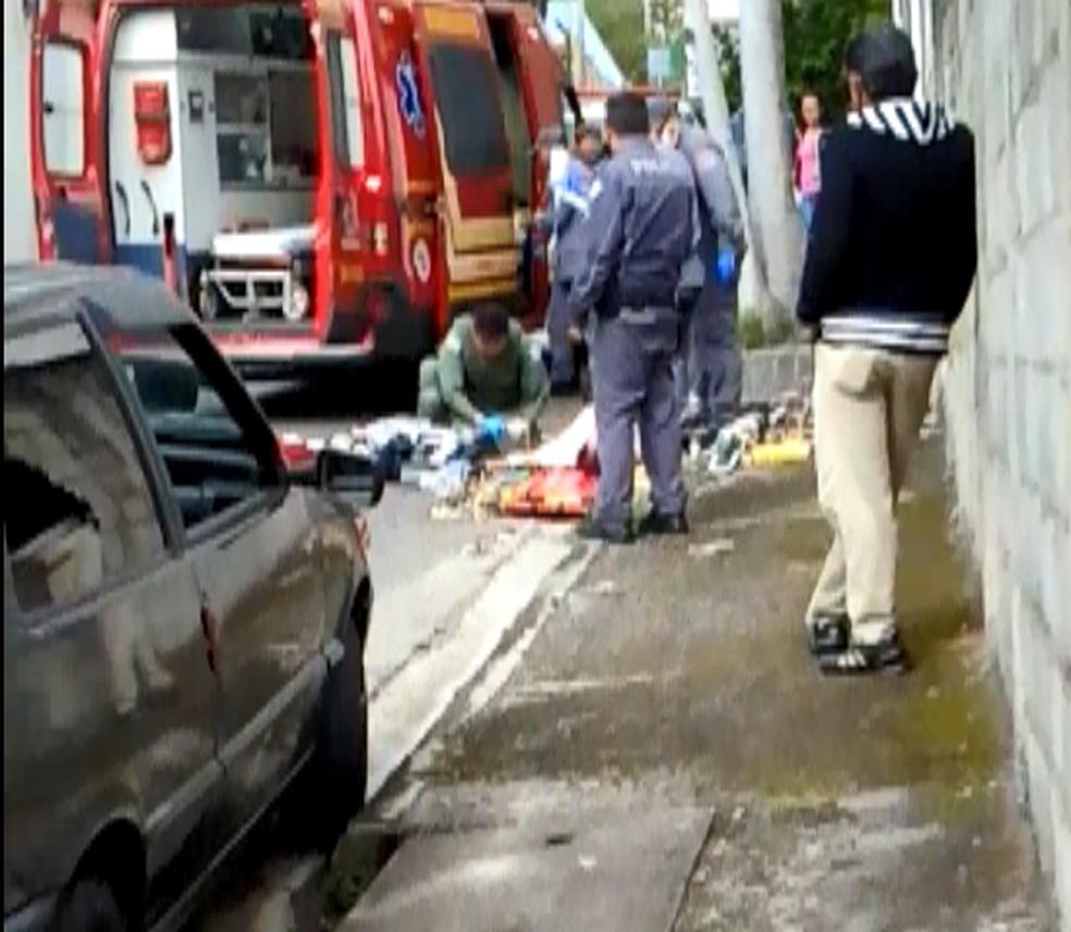 Homem fica gravemente ferido em acidente entre carro e moto em Jacareí.  (Foto: Vanguarda Repórter/ Érica Cristina)