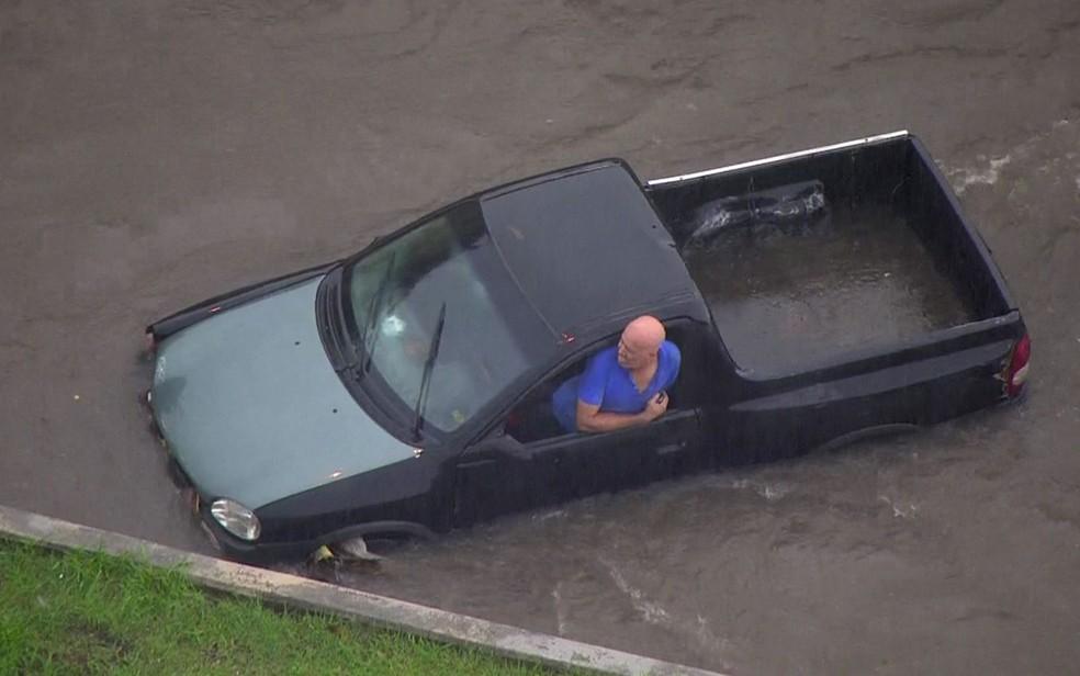 Motorista fica ilhado dentro de carro na Zona Leste de SP — Foto: Reprodução/TV Globo