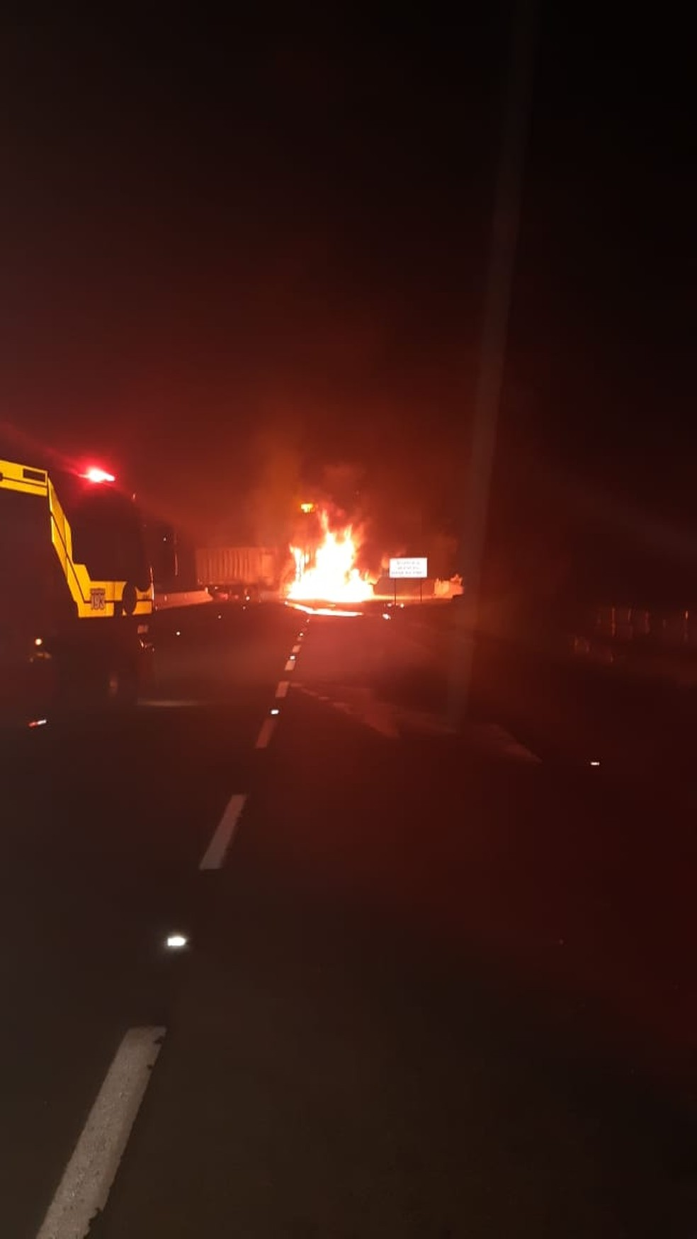 Caminhão com placas de Dumont (SP) foi incendiado na entrada no túnel no morro do Formigão, na BR-101, em Tubarão  — Foto: PRF/ Divulgação