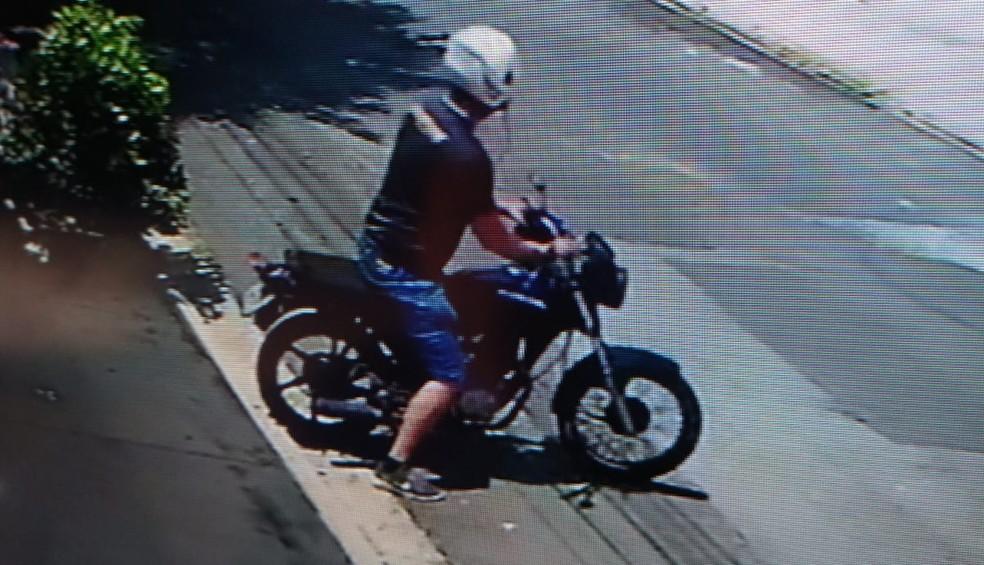 Por meio de imagens de câmera de segurança, a GCM identificou a placa da moto — Foto: Reprodução