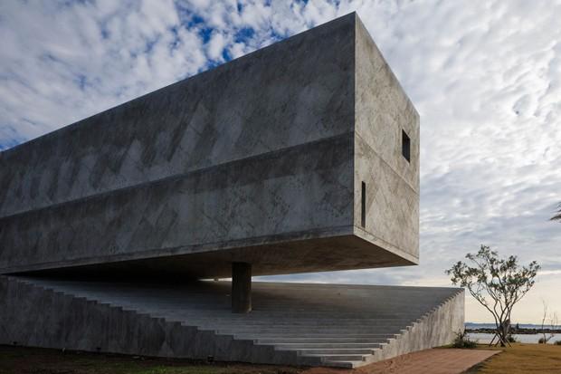 Casa de concreto armado parece brotar de rocha no Japão (Foto: Divulgação)