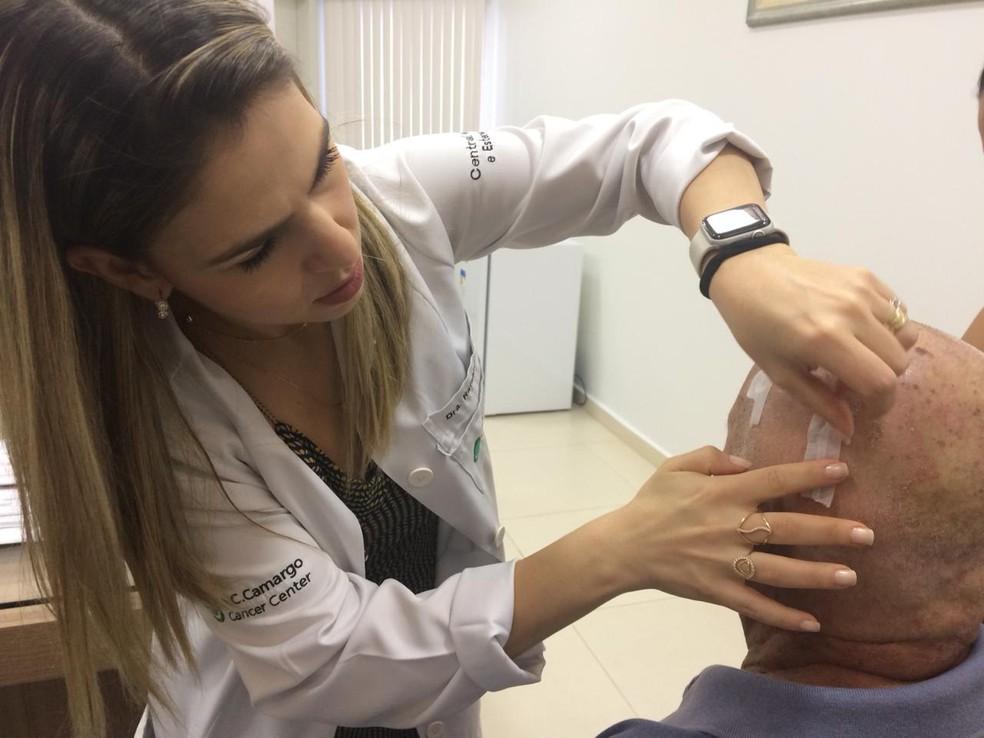 Dra. Rafaela Rezende, fazendo curativos em Antônio Marques, primeiro a fazer cirurgia de marca-passo cerebral em RO — Foto: Ana Kézia Gomes/G1