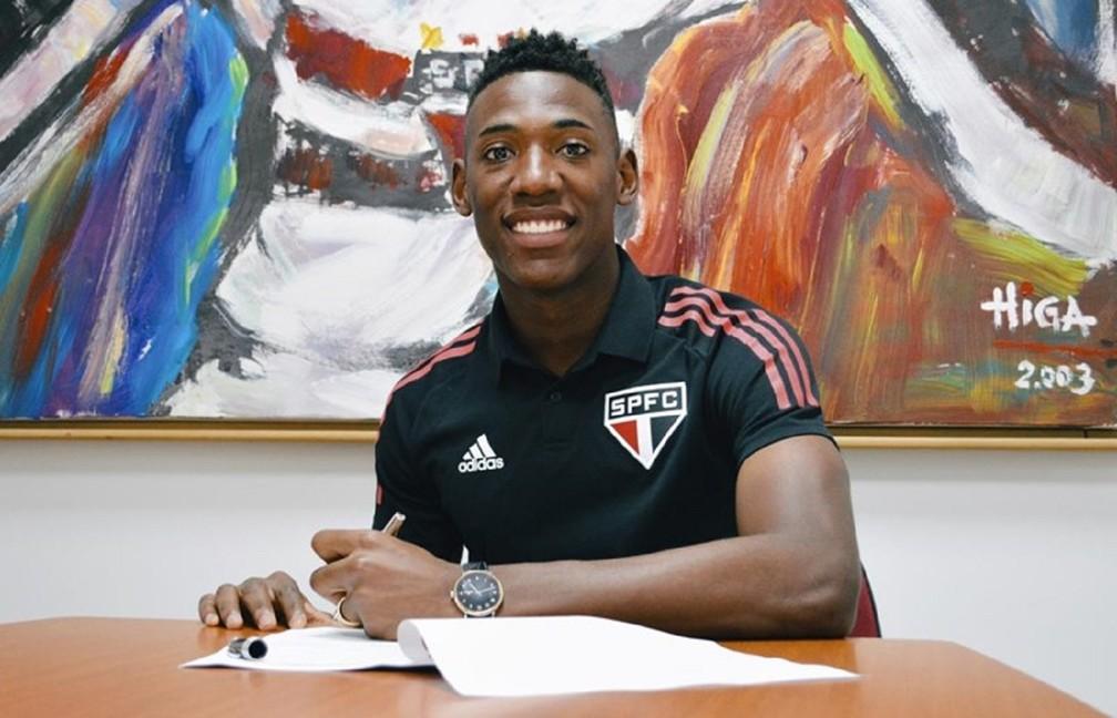 Léo assinou a renovação de contrato com o São Paulo até o fim de 2024 — Foto: Fellipe Lucena/saopaulofc