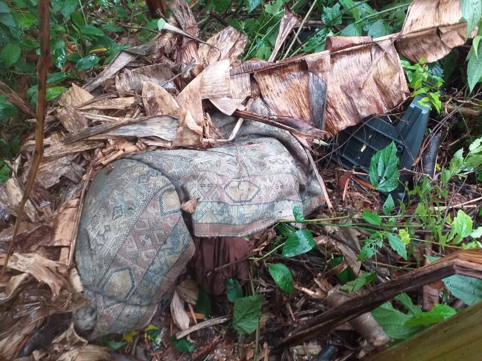 Corpo foi enrolado em um tapete e jogado em um matagal — Foto: Divulgação/Polícia Civil