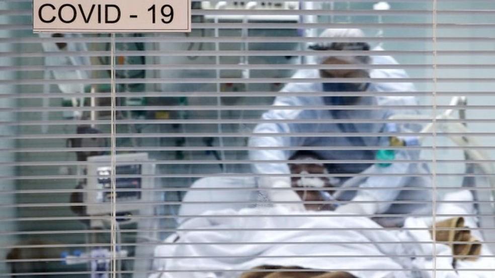 Decisão sobre o momento de intubar é crucial. Se uso da ventilação mecânica for retardada demais, paciente pode lesionar o pulmão só pelo esforço para respirar, dizem médicos ouvidos pela BBC News Brasil  Foto: Reuters/Diego Vara