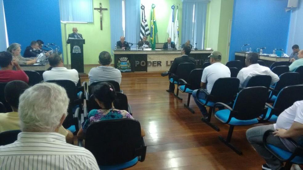 Vereadores de Guapiara cassam mandato de parlamentar que mandou 'nudes' do banheiro da Câmara (Foto: Adolfo Lima/TV TEM)