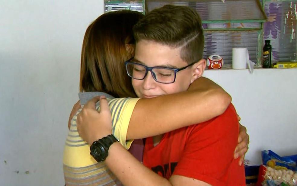 Bruno Cintra recebe abraço carinhoso de moradora que fez doação em Franca, SP — Foto: José Augusto Júnior/EPTV